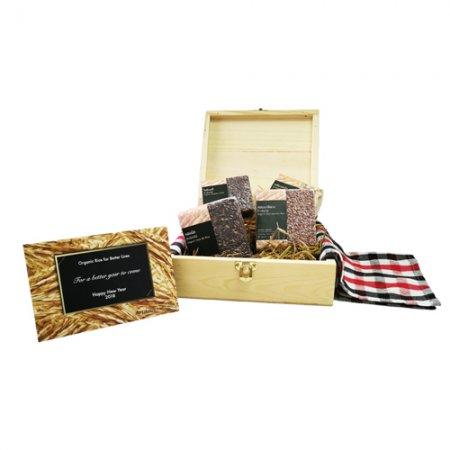 A2 ชุดข้าวอินทรีย์ HappyFarmers 4 สายพันธุ์ในกล่องไม้สน  A2 HappyFarmers 'Organic Rice' New Year Gift Set – 4 Rice Varieties in a Pine Wooden Box