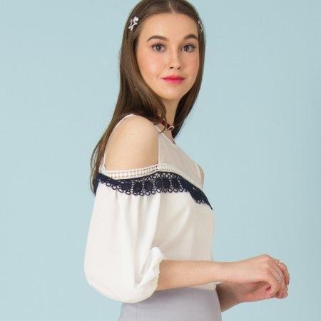 เสื้อผ้าแฟชั่น โชว์ไหล่ สีขาวตกแต่งลูกไม้ | Jousse