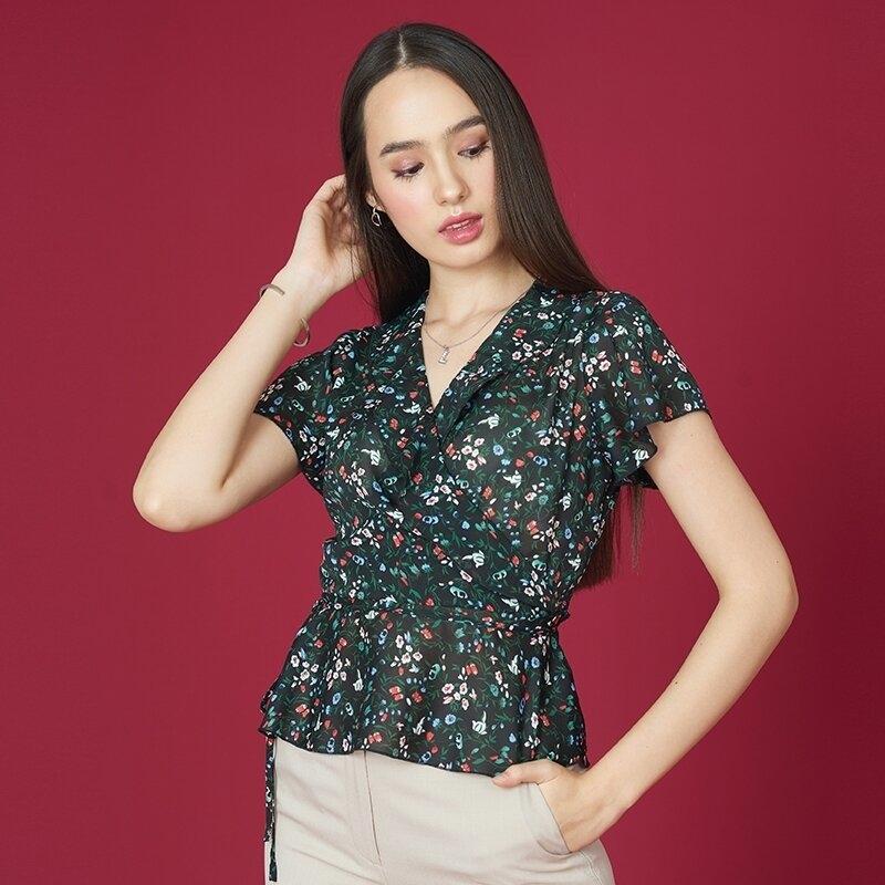 Jousse Blouse เสื้อเบลาส์พิมพ์ลายดอกไม้สีสันสดใส คอวีป้าย แต่งระบาย JWISBL
