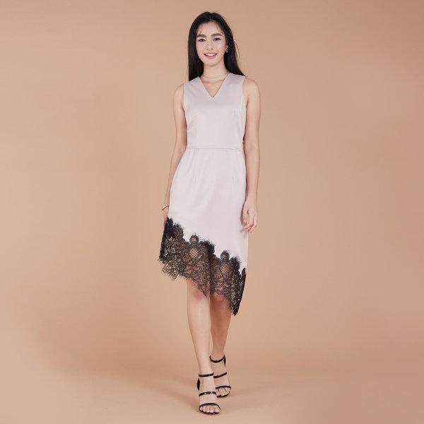 Jousse Dress ชุดเดรสแขนกุดผ้าซาติน สีเบจอมน้ำตาล แต่ระบายชายผ้าลูกไม้   JT83OR
