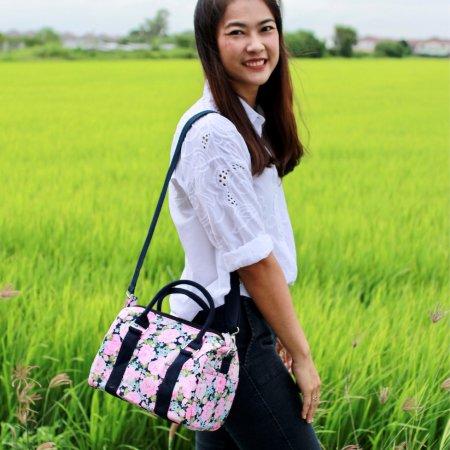 กระเป๋าสะพายทรงหมอน M ลายดอกชมพู สายสีกรมท่า (No.28)