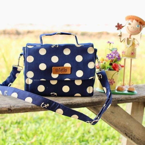 กระเป๋าสะพายข้างฝาเปิด ไซค์ M (สีพื้นกรมท่า-จุดขาวใหญ่) No.16